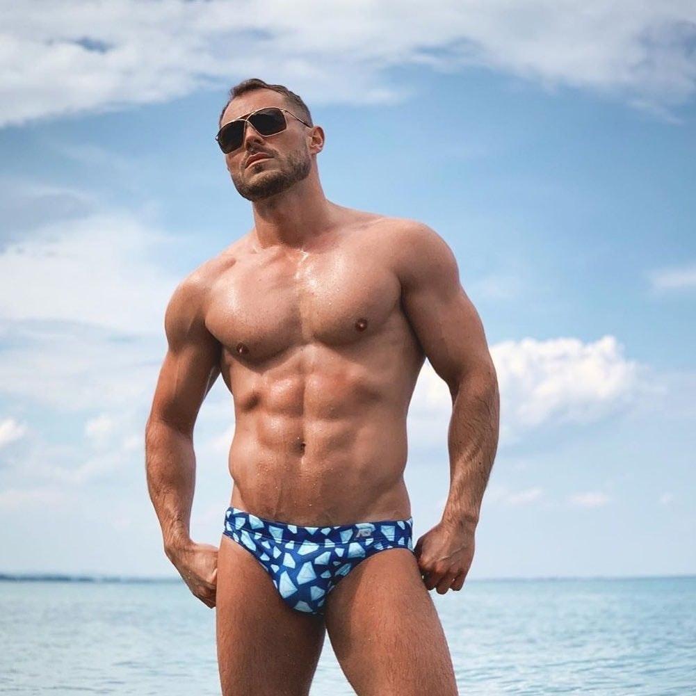 #men #muscle #hunks #beachboy #abs #speedo #wet