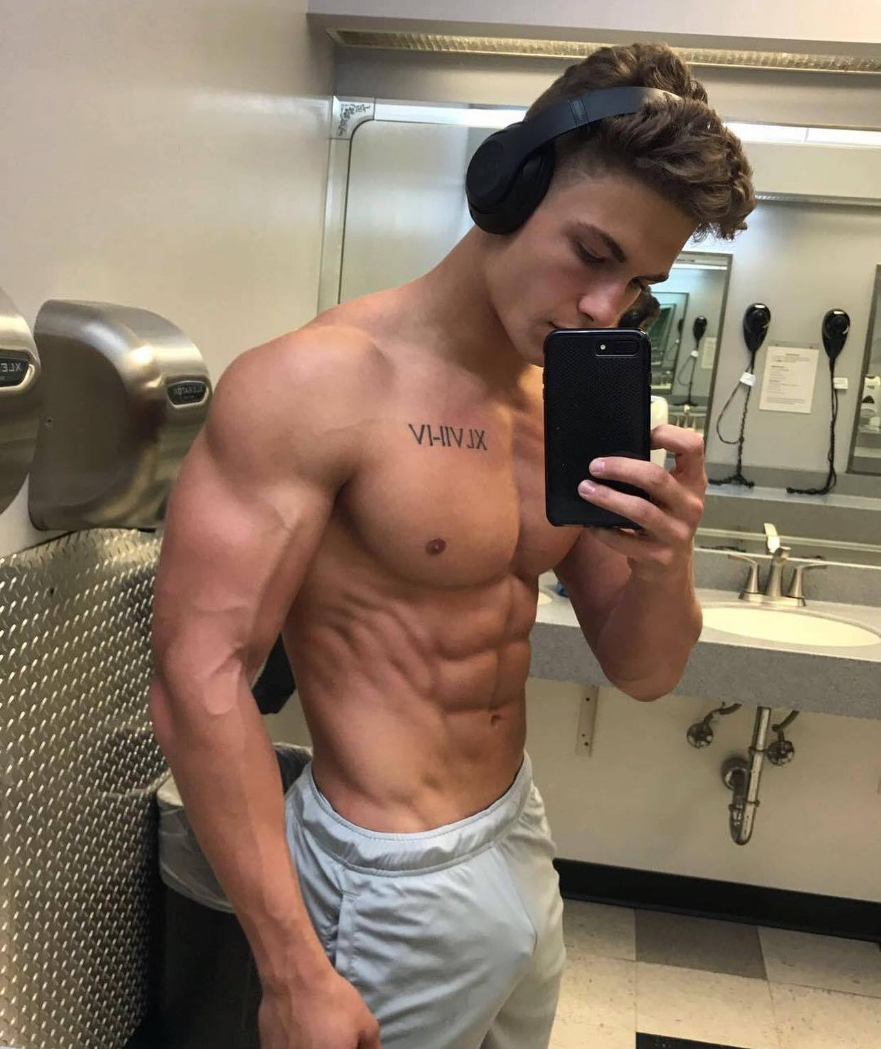 #men #selfie #muscular #tatoo #twinks #bulge