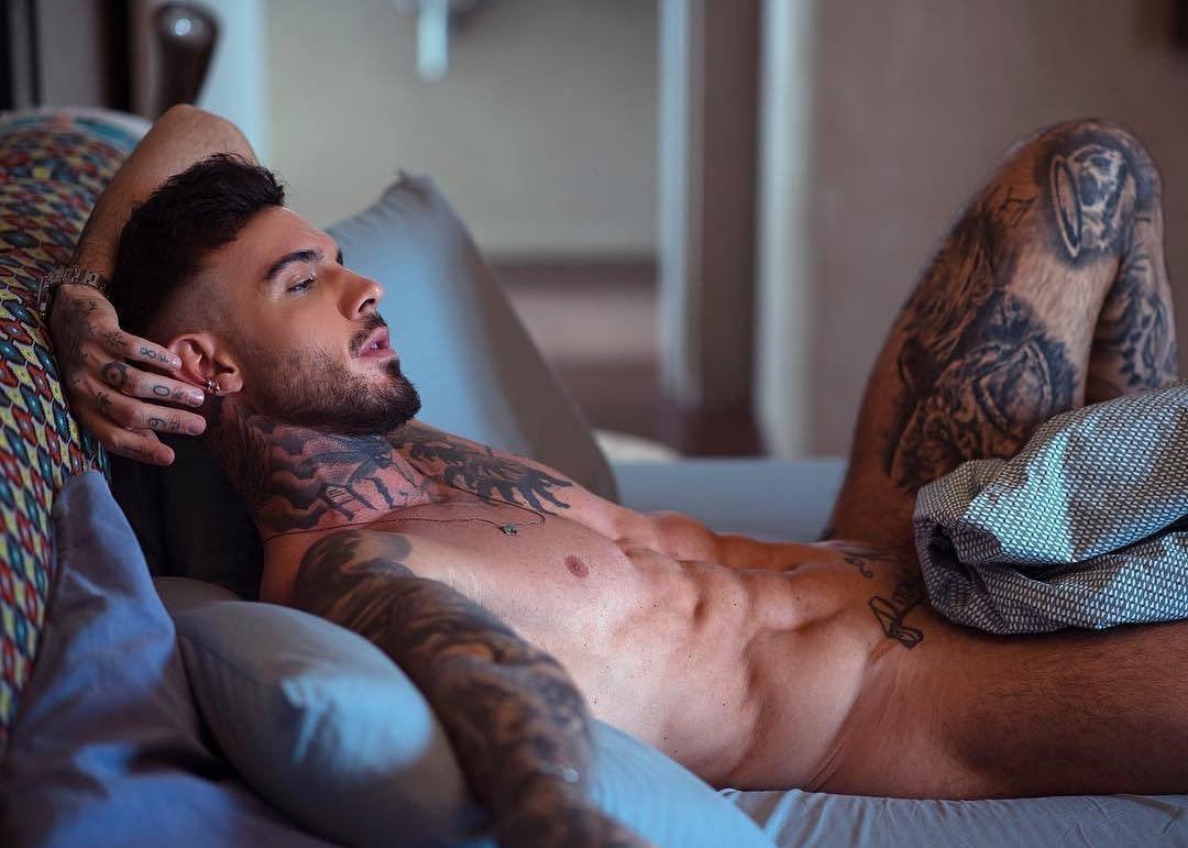 #men #hunks #tatoo #shredded #shirtlessguys #gaymen #gayboy #muscular #hotmen